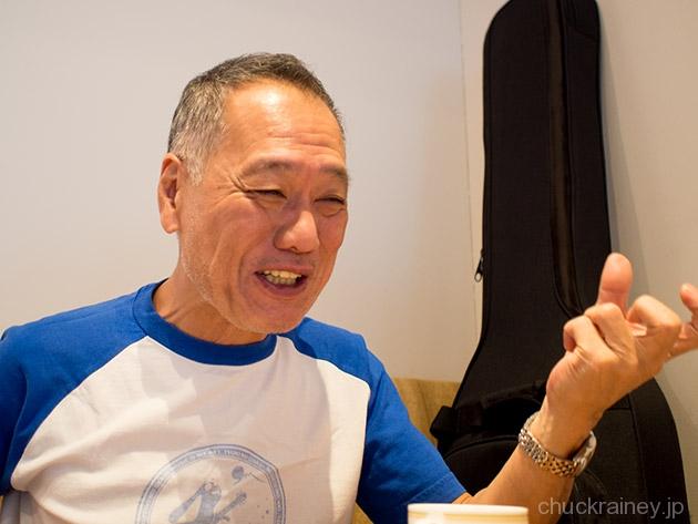 インタビュー中の岡沢章氏